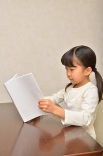 読書する女の子の写真素材 [FYI02981806]