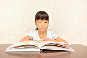 読書する女の子の写真素材 [FYI02981807]