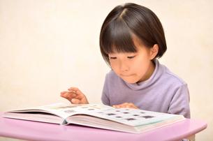 読書する女の子の写真素材 [FYI02981810]