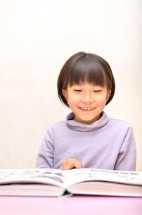 読書する女の子の写真素材 [FYI02981812]