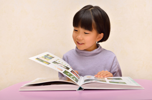読書する女の子の写真素材 [FYI02981815]