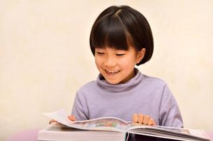 読書する女の子の写真素材 [FYI02981816]