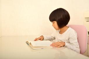 読書する女の子の写真素材 [FYI02981817]