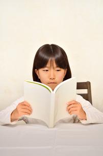 読書する女の子の写真素材 [FYI02981818]