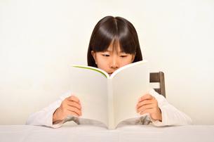 読書する女の子の写真素材 [FYI02981819]