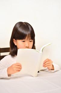 読書する女の子の写真素材 [FYI02981820]