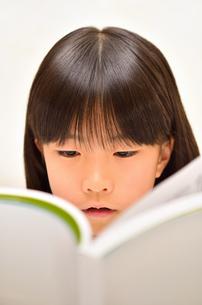 読書する女の子の写真素材 [FYI02981823]
