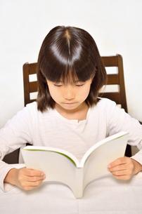 読書する女の子の写真素材 [FYI02981826]