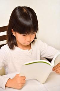 読書する女の子の写真素材 [FYI02981828]