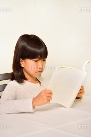 読書する女の子の写真素材 [FYI02981829]