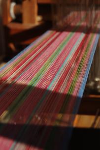 南国沖縄のカラフルな糸の機織りの写真素材 [FYI02981834]