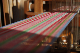 南国沖縄のカラフルな糸の機織りの写真素材 [FYI02981835]