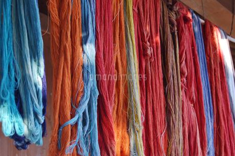 染織物の糸が干されているの写真素材 [FYI02981836]