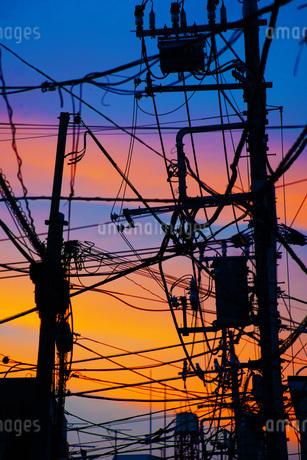 電線と夕焼けの写真素材 [FYI02981927]