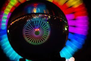 水晶越しの横浜夜景の写真素材 [FYI02981951]