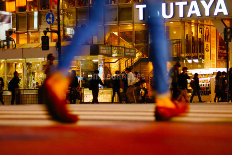 スクランブル交差点を歩く人のシルエットの写真素材 [FYI02981977]