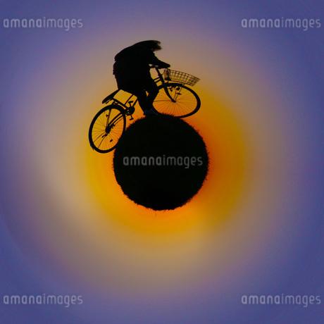 リトルプラネット(自転車に乗る男性)の写真素材 [FYI02981984]