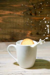 ミルクにひたしたクッキーの写真素材 [FYI02982082]