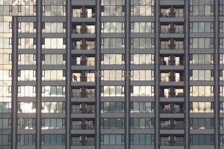高層マンションに映る夕景の写真素材 [FYI02982130]