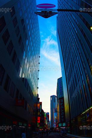 ビル群の合間から見える青空の写真素材 [FYI02982142]