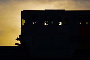 電車のシルエットの写真素材 [FYI02982151]