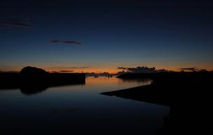 朝焼けにも夕暮れにも見える港の写真素材 [FYI02982171]