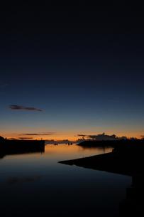 朝焼けにも夕暮れにも見える港の写真素材 [FYI02982172]