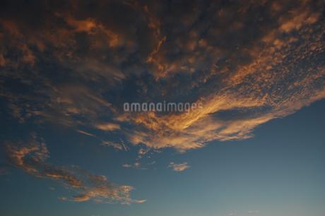 オレンジ色になる夕暮れの雲の写真素材 [FYI02982174]