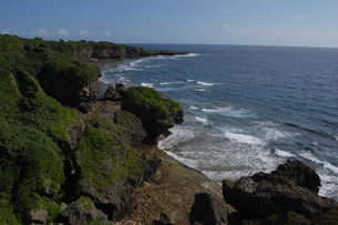 険しい岩の海岸に波が立つの写真素材 [FYI02982183]