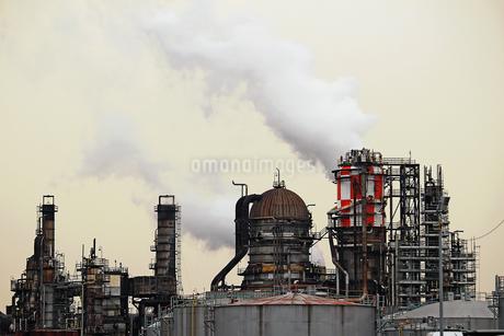 京浜工業地帯の川崎にある石油精製プラントの風景の写真素材 [FYI02982472]
