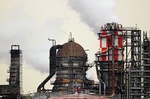 京浜工業地帯の川崎にある石油精製プラントの風景の写真素材 [FYI02982473]
