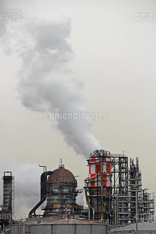 京浜工業地帯の川崎にある石油精製プラントの風景の写真素材 [FYI02982474]