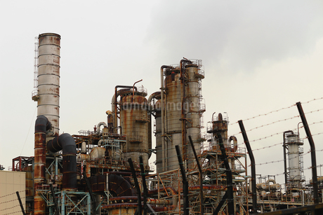 京浜工業地帯の川崎にある石油精製プラントの風景の写真素材 [FYI02982475]