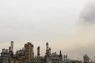 京浜工業地帯の川崎にある石油精製プラントの風景の写真素材 [FYI02982476]