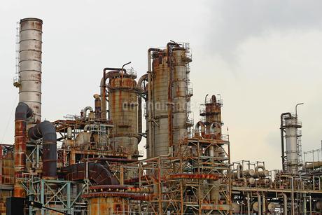 京浜工業地帯の川崎にある石油精製プラントの風景の写真素材 [FYI02982478]