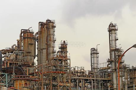 京浜工業地帯の川崎にある石油精製プラントの風景の写真素材 [FYI02982479]