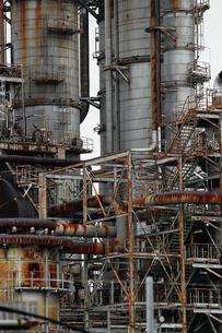 京浜工業地帯の川崎にある石油精製プラントの風景の写真素材 [FYI02982480]