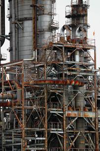 京浜工業地帯の川崎にある石油精製プラントの風景の写真素材 [FYI02982481]