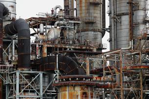 京浜工業地帯の川崎にある石油精製プラントの風景の写真素材 [FYI02982482]