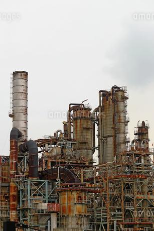 京浜工業地帯の川崎にある石油精製プラントの風景の写真素材 [FYI02982483]