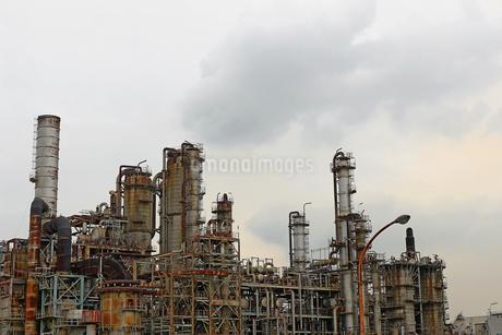 京浜工業地帯の川崎にある石油精製プラントの風景の写真素材 [FYI02982485]