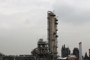 京浜工業地帯の川崎にある石油精製プラントの風景の写真素材 [FYI02982486]
