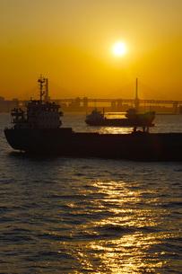 横浜の街並みと船の写真素材 [FYI02982613]
