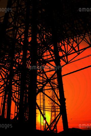 太陽に照らされる鉄塔の写真素材 [FYI02982726]