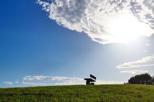 丘の上のベンチと広がる青空の写真素材 [FYI02982750]