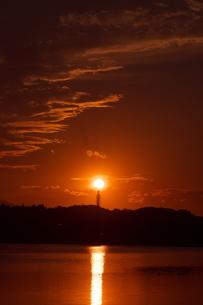 夕陽と重なる電波塔の写真素材 [FYI02982752]