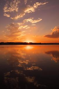 夕陽が沈む川と空の風景の写真素材 [FYI02982753]