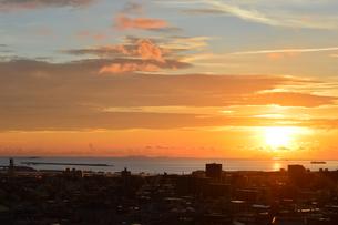オレンジ色の夕日と都会のシルエットの写真素材 [FYI02982897]