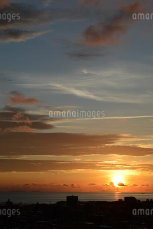 オレンジ色の夕日と都会のシルエットの写真素材 [FYI02982911]
