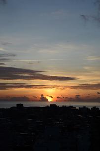 オレンジ色の夕日と都会のシルエットの写真素材 [FYI02982912]